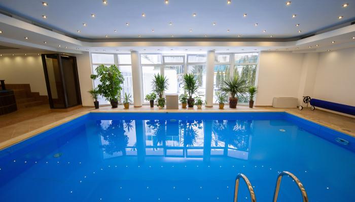 Piscina hotel carpathia sinaia for Hotel cu piscina